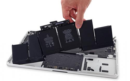 Các viên pin bên trong MacBook Pro. Ảnh: ARCM.