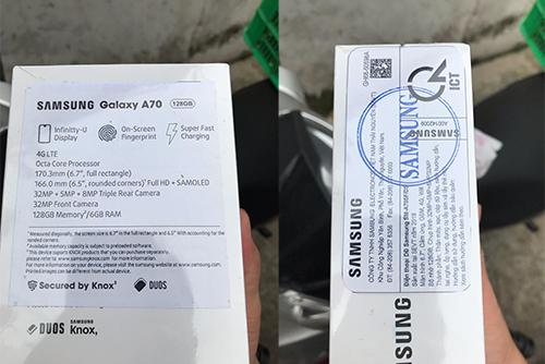 Vỏ hộp chiếc máy được giao đến cho anh Việt, dù còn nguyên seal nhưng tem dán khá lỗi.