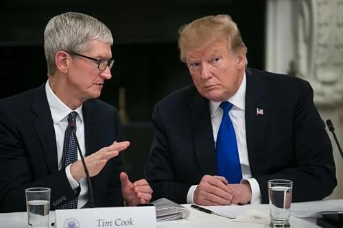 CEO Apple Tim Cook và Tổng thống Mỹ Donald Trump trong một cuộc gặp hồi tháng 3. Ảnh: Bloomberg