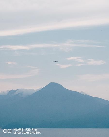 Ống kính SuperZoom của P30 Pro có khả năng zoom hybrid 10x1 lẫn chế độ zoom 50x với độ phân giải cao, cho hình ảnh chi tiết và có độ nét cao. Người chụp ảnh ghi lại khoảnh khắc đang trên máy bay lướt qua đỉnh núi hiện lên rõ nét, sống động. Ảnh: Tùng Phạm.