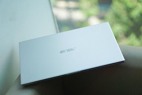 VivoBook 15 phiên bản 2019 (A512) có kích thước màn hình đến 15,6 inch, nhưng tổng thể chỉ nhỉnh hơn các model laptop 13 inch nhờ thiết kế hiện đại, tối ưu viền màn hình. Máy nặng 1,68kg, tức nhỉnh hơn phiên bản 14 inch 0,18kg và độ mỏng tương đương 17,5mm. Trọng lượng dưới 2kg giúp việc mang vác máy trong balo, giỏ xách thoải mái cho người dùng.