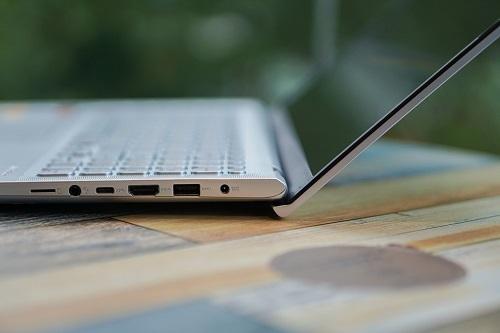 VivoBook A512 còn thừa hưởng thiết kế bản lề ErgoLift. Khi mở máy ở một góc 141 độ, phần bản lề sẽ tự động tăng thêm góc nghiêng 3 độ giữa bàn phím và mặt bàn, giúp người dùng giảm bớt sự khó chịu khi phải đánh máy trong khoảng thời gian dài. Khi đóng lại phần bản lề ôm sát cạnh đuôi máy tăng thẩm mỹ, giảm đi khoảng hở bám bụi cho mẫu máy 15 triệu đồng này.