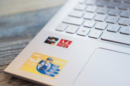 Dòng Vivobook A512 mới sử dụng vi xử lí thế hệ mới nhất của AMD trên máy tính xách tay - AMD Ryzen Mobile 3000 Series hướng đến người dùng ưa chuộng giải trí. Với phiên bản sử dụng vi xử lí AMD Ryzen Mobile 3000 Series, người sử dụng sẽ được tận hưởng tốc độ tối ưu với trang bị SSD PCI-E dung lượng 512GB trên tất cả các phiên bản.