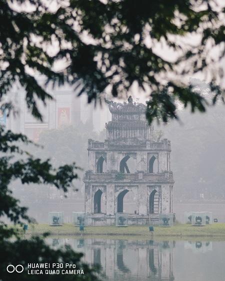 Nhờ tính năng chụp phơi sáng AIS và Camera TOF của Huawei, độ sâu của vật thể được đo chính xác. Thủ đô hiện lên sâu lắng khác lạ với hiệu ứng bokeh mềm mại và khả năng zoom xa. Ảnh: Tùng Phạm.