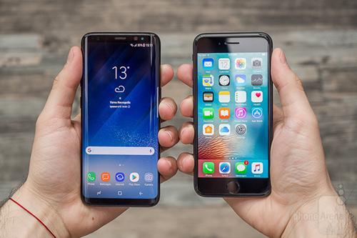 Galaxy S8 (bên trái) và iPhone 7 (bên phải) - hai smartphone có chỉ số bức xạRF cao. Ảnh: Phonearena.