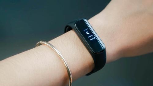Galaxy Fit e hỗ trợ theo dõi sức khỏe, nhận thông báo từ smartphone.