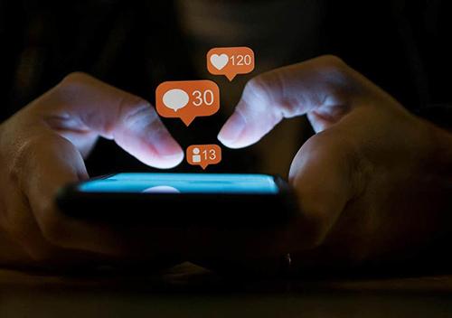 Những lượt like, share, comment thoả mãn ham muốn được chú ý của con người. Ảnh: Independent.