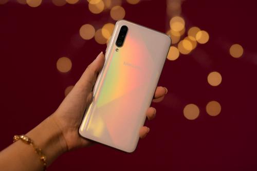 Galaxy A50s tiếp nối thiết kế của A50, nhưng cải tiến về kích thước màn hình, cảm giác cầm nắm.