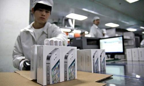 Theo Economic Daily News, đầu tháng 7 vừa qua, Foxconn đẩy nhanh việc tuyển dụng công nhân sản xuất iPhone mới, bằng cách giảm tiêu chí đầu vào, giảmthời gian thử việc xuống còn một tháng. Nhân viênphải làm việc nguyên tuần thay vì nghỉ thứ 7 và chủ nhật.Ảnh: TheVerge.