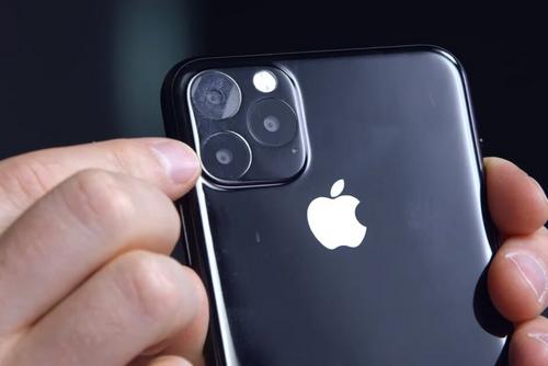 Một mô hình iPhone 11 dựa trên các thông tin rò rỉ. Ảnh: Phonearena.