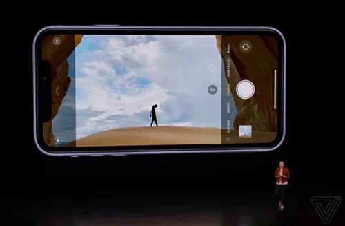 Apple lần đầu đưa tính năng chụp ảnh góc siêu rộng lên iPhone. Ảnh: The Verge.
