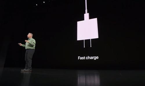 Phil Schiller, Giám đốc marketing Apple, nói về sạc nhanh trên sân khấu ra mắt iPhone.