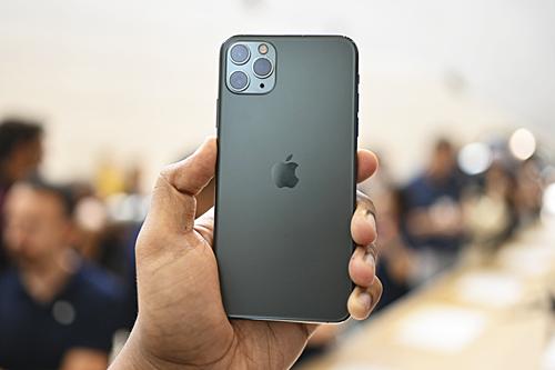 iPhone Pro Max màu xanh bóng đêm được nhiều khách hàng chọn lựa.