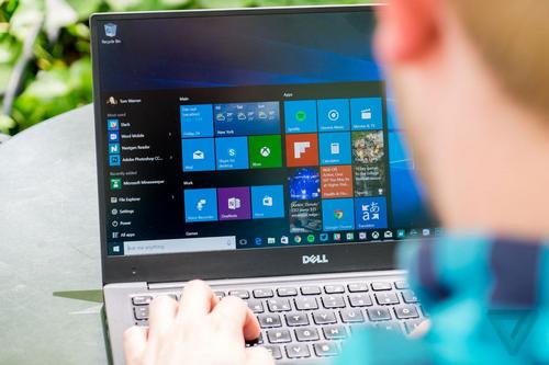 Người dùng được khuyến cáo không nên cập nhật Windows 10 phiên bản mới nhất do nhiều lỗi. Ảnh: The Verge.