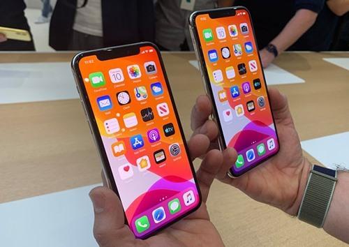 iPhone 11 mở khóa bằng nhận diện khuôn mặt, chưa có cảm biến vân tay dưới màn hình.