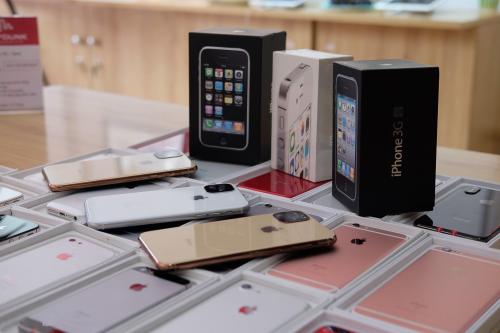 Bộ ba iPhone thế hệ cũ trong hộp, bên cạnh ba sản phẩm thế hệ iPhone 11.