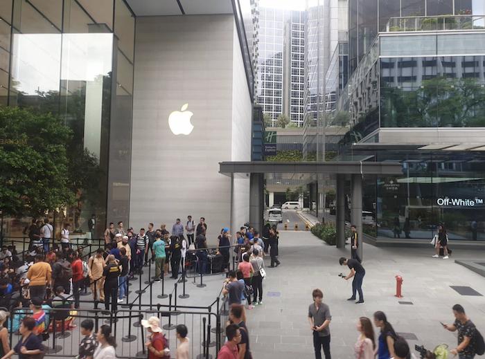 Dòng người xếp hàng mua iPhone tại Apple Store Singapore.
