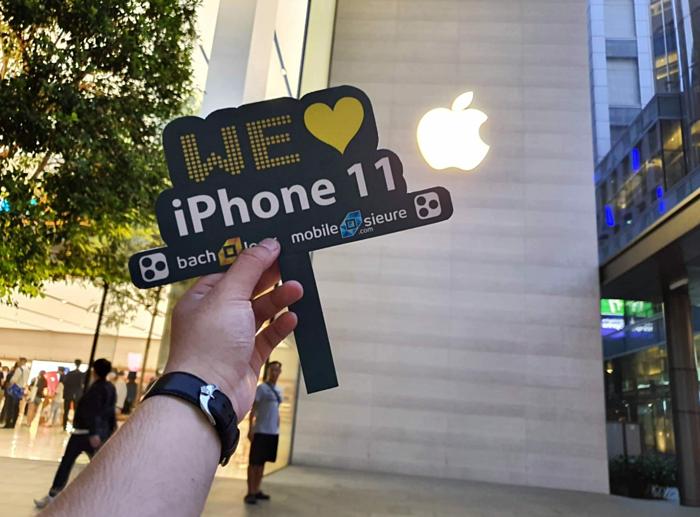 Đại diện Bạch Long Mobile tại Apple Store Singapore.