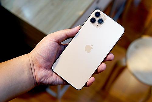 Vàng (gold) vẫn là màu sắc được ưa chuộng trên iPhone 11 Pro, không thua kém màu xanh (midnight green) mới. Ảnh: Lưu Quý