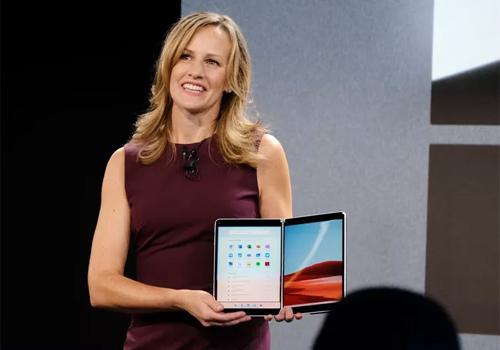 Đại diện Microsoft giới thiệu Windows 10X chạy trên Surface Neo.