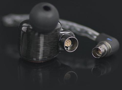 AKLayla Aion có cáp mạ bạc OFC 4Nvới đầu nối bằng chất liệu iridium, vốn dùng để chế tạo các thiết bị quân sự, do Đức sản xuất.