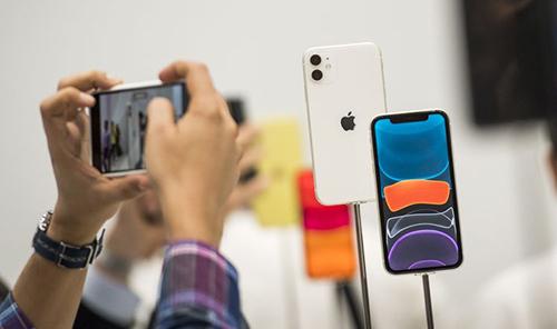 iPhone 11 nhiều nâng cấp nhưng giá rẻ hơn iPhone XR. Ảnh: Bloomberg.