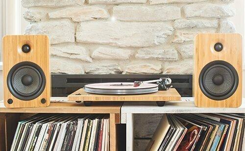 Loa Kanto YU6 có thiết kế như loa bookshelf nhưng kết nối Bluetooth và cho âm thanh stereo.