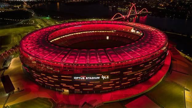 Mặt tiền sân Optus (Úc) chuyển sang màu đỏ để chào đón Manchester United.