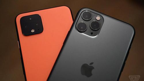 Camera Pixel 4 (bên trái) không có ống kính góc siêu rộng như iPhone 11 Pro (bên phải). Ảnh: The Verge.