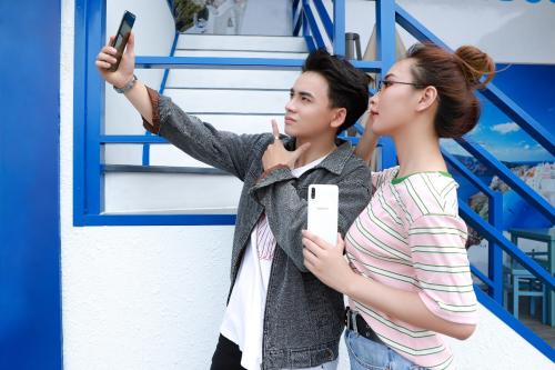 Galaxy A50s - smartphone chụp ảnh cho giới trẻCặp bạn thân chia sẻ nhiều kinh nghiệm chụp ảnh đẹp không ngờ chỉ với một chiếc điện thoại 7 triệu đồng.Galaxy A50s - smartphone chụp ảnh cho giới trẻ