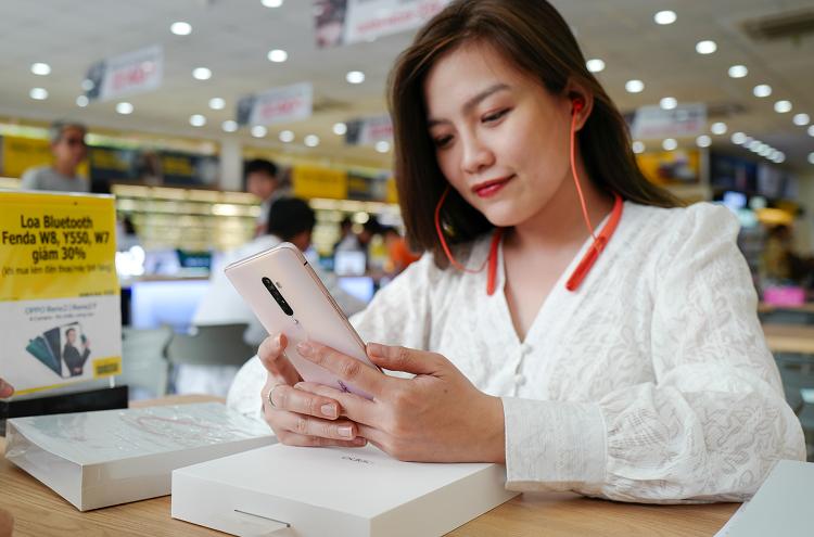 Khách hàng đặt trước nhận sản phẩm vào ngày mở bán kèm quà tặng dành riêng cho thị trường Việt Nam là tai nghechống ồn chủ động Oppo Enco Q1 (giá 2,49 triệu đồng).