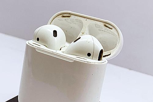 Tai nghe Airpods dễ bám bẩn và rất khó làm sạch. Ảnh: Thành San
