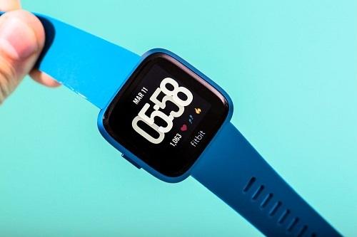 Thương vụ với Fitbit sẽ giúp Google đẩy nhanh tốc độ chiếm lĩnh thị trường thiết bị đeo thông minh. Ảnh: Wired