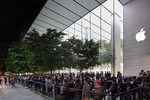 Hàng dài người hâm mộ Apple xếp hàng để mua iPhone mới. Ảnh: Phone Arena