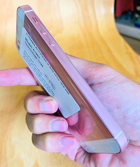 iPhone SE trong tình trạng nguyên seal máy và chưa kíchhoạt.