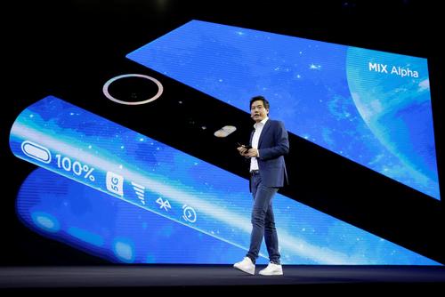 Xiaomi đang dầngây ấn tượng bằng các smartphone thiết kế đột phá. Ảnh: Reuters.