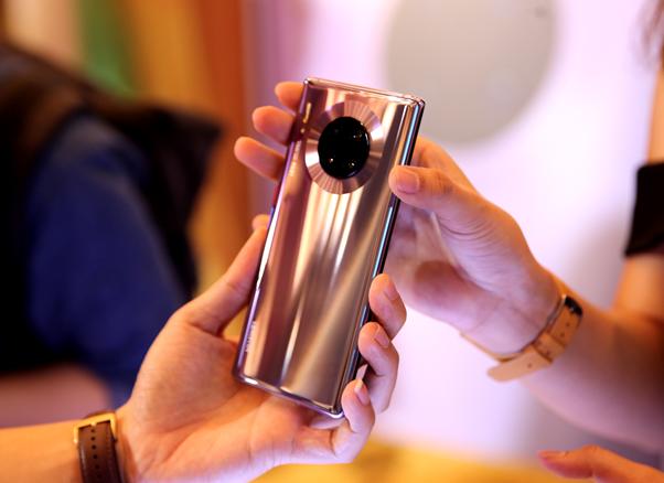Mate 30 Pro được thiết kế với cụm 4 camera trong vòng tròn, viền kim loại bao quanh, tạo ấn tượng, sang trọng.