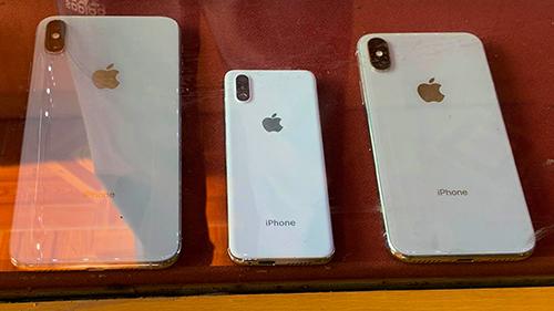 So với iPhone thật, iPhone mini (ở giữa) có kích thước nhỏ hơn hẳn. Ảnh: Nhung Tâm.