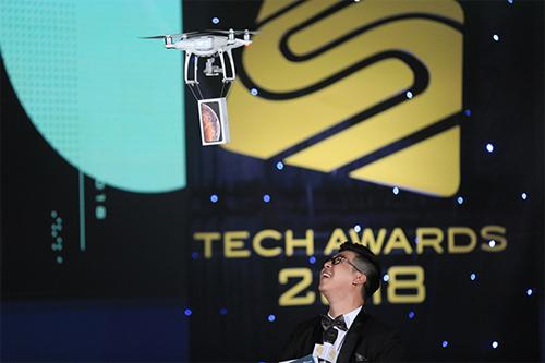 Lễ trao giải mang đậm dấu ấn công nghệ khi sử dụng drone để đưa các điện thoại được đề cử vào sân khấu.