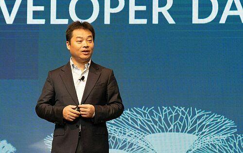 Ông Zhang Ping, chủ tịch Huawei Cloud Service, công bố chiến lược và số tiền đầu tư cho phát triển ứng dụng của Huawei. Ảnh: Huy Đức.