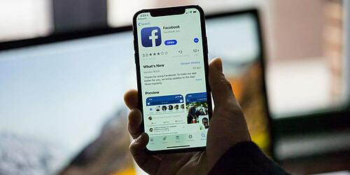 Facebook từng vướng vào bê bối làm rò rỉ thông tin cá nhân của hơn 400 triệu người dùng năm 2017 và CEO công ty phải đối mặt với hàng loạt buổi tường trình với các thành viên Thượng viện và Hạ viện Mỹ. Ảnh: Flickr.