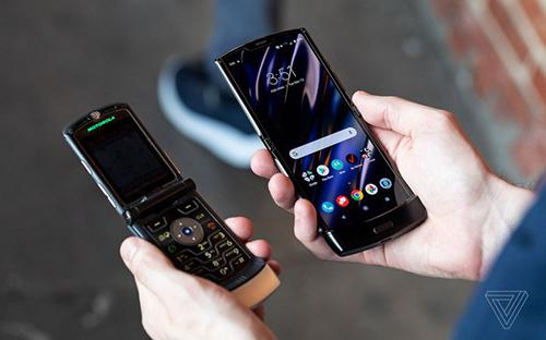 Motorola Razr đời cũ (bên trái) khi đặt cạnh Razr 2019 (bên phải). Ảnh: The Verge.