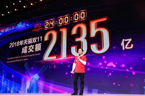 Daniel Zhang, Giám đốc điều hành Alibaba, công bố doanh số 30,7 tỷ USD vào ngày 11/11/2018. Ảnh: CNBC