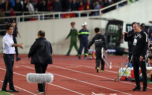 Hành động khó hiểu của trợ lý đội tuyển Thái Lan. Ảnh: Đức Đồng.