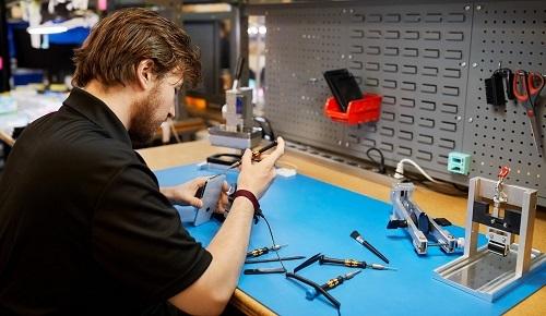 Apple không cung cấp linh kiện chính hãng và thông tin chỉ dẫn cho các cửa hàng sửa chữa bên thứ ba. Ảnh: TechCrunch