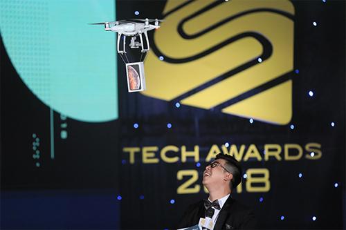 Lễ trao giải Tech Awards 2018 đậm dấu ấn công nghệ khi sử dụng drone đưa các điện thoại được đề cử vào sân khấu.