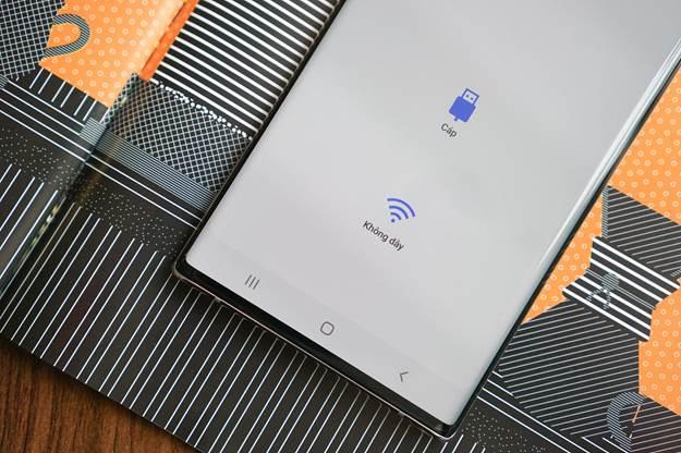 Smart Switch cho phép người dùng lựa chọn giữa giao thức không dây lẫn cắm cáp.