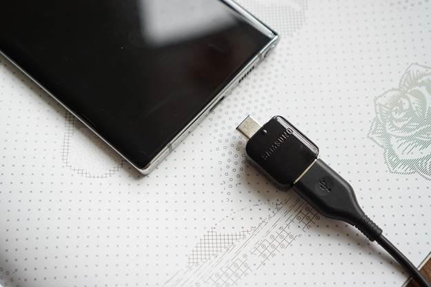 Adapter nhỏ do Samsung sản xuất, tương thích với các hệ máy không dùng chuẩn USB-C để chuyển dữ liệu.