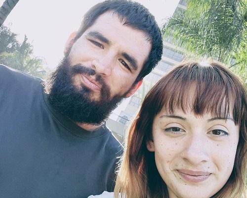 Steven Velasquez (trái) và vợ Alexis Grandos (phải) đang cung cấp dịch vụ xếp hàng thuê cho các tín đồ mua sắm trong ngày Black Friday. Ảnh: BBC