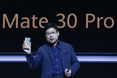Richard Yu, Giám đốc điều hành mảng thiết bị điện tử tiêu dùng Huawei, giới thiệu Mate 30 tại Munich ngày 19/9. Ảnh: Bloomberg.